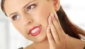 Больно жевать болит челюсть около уха